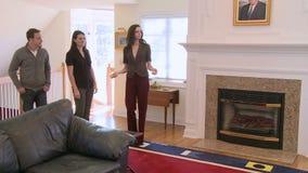 El agente inmobiliario muestra a casa (1 de 5) almacen de metraje de vídeo