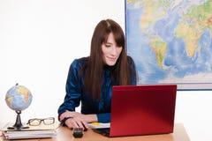 El agente Tourism está trabajando en un ordenador portátil Fotografía de archivo libre de regalías