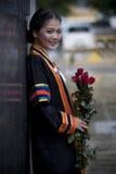 El ager adolescente tailandés en uniforme graduado con rojo se levantó Imagen de archivo