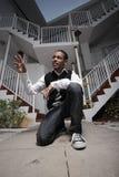 El agitar adolescente joven por un edificio Imagen de archivo libre de regalías