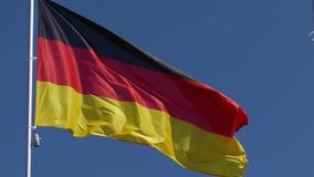 El agitar alem?n de la bandera almacen de metraje de vídeo