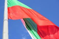 El agitar búlgaro de la bandera imagen de archivo