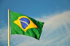 El agitar brasileño de la bandera Foto de archivo