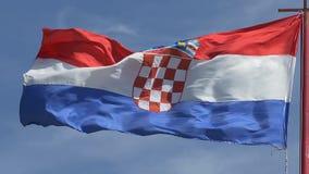 El agitar croata de la bandera almacen de metraje de vídeo