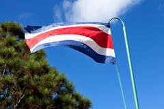 El agitar de la bandera de Costa Rica Imagenes de archivo