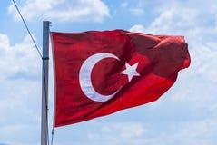 El agitar de la bandera de Turquía Imagen de archivo