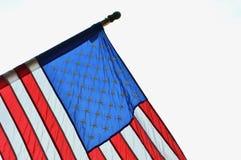 El agitar de la bandera de Estados Unidos de la bandera americana foto de archivo
