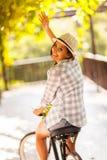 El agitar de la bici de la mujer Imagen de archivo