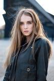 El agitar hermoso del pelo de la chica joven Fotografía de archivo libre de regalías