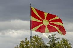 El agitar macedónico de la bandera Foto de archivo libre de regalías