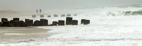El agua áspera se rompe sobre un embarcadero durante una tormenta Foto de archivo libre de regalías