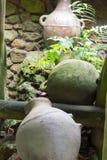 El agua antigua sacude los jarros de o Foto de archivo libre de regalías