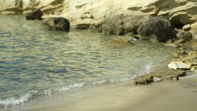 El agua azul del mar transparente lava la orilla de piedra Grecia metrajes