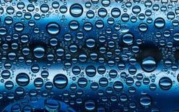 El agua azul marino burbujea condensación plástica Imagen de archivo libre de regalías