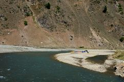 El agua blanca colorida transporta los buques en balsa descansa sobre la orilla del río Kaghan Valley Paquistán de Kunhar Imágenes de archivo libres de regalías