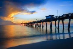 El agua borrosa ablanda mientras que el sol fija sobre el embarcadero de Venecia en la Florida Imagen de archivo libre de regalías