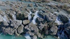 El agua cae abajo una cascada Cantidad grande de agua que baja sobre un borde rocoso almacen de video