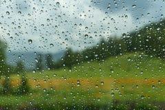 El agua cae el coche de la lluvia de la ventana Fotos de archivo