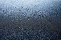 El agua cae el fondo oscuro abstracto Fotografía de archivo