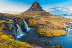 El agua cae en la montaña de Kirkjufell Imagenes de archivo