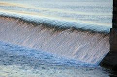El agua cae en la puesta del sol Imagen de archivo