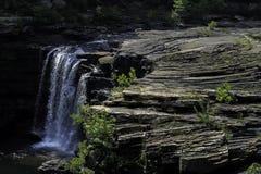 El agua cae poco río Imagenes de archivo