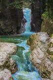 El agua clara del río se está moviendo rápidamente al valle Imagenes de archivo