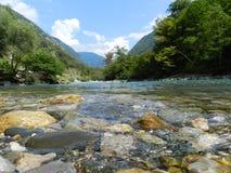 El agua cristalina de un río de la montaña, Abjasia Imagenes de archivo