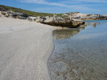 El agua cristalina y la playa blanca en Africas del sur costean Imagenes de archivo