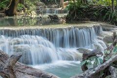 El agua de Erawan cae en la provincia Tailandia de Kanchanaburi Foto de archivo