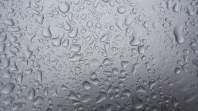 El agua de lluvia cae en el baground oscuro, waterdrops 1 Imagen de archivo