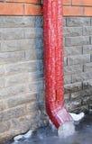 El agua de lluvia congelada que drena el canal abajo instala tubos Presas del hielo de la bajada de aguas Canalón del canal de la Fotografía de archivo libre de regalías