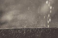 El agua de lluvia en las paredes, que miran para rebotar como el fondo Foto de archivo libre de regalías