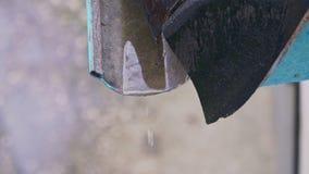 El agua de lluvia está goteando del dren almacen de video