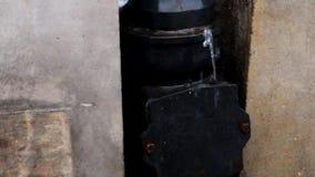 El agua de lluvia fluye de la alcantarilla almacen de metraje de vídeo