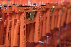 El agua de lluvia de un torii del senbon en Kyoto fotos de archivo
