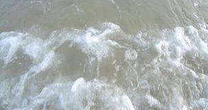 El agua de mar agita y las ondas de la playa de la arena se lavan suavemente para arriba sobre la playa metrajes
