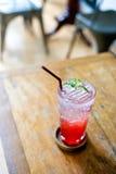 El agua de soda de la fresa de la limonada en vidrio es la consumición para cura Imagen de archivo