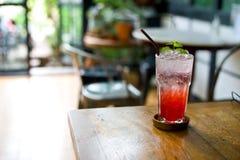 El agua de soda de la fresa de la limonada en vidrio es la consumición para cura Fotografía de archivo libre de regalías