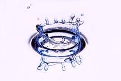 El agua del chapoteo forma una agua-corona. Imágenes de archivo libres de regalías