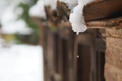 El agua del descenso de la nieve Fotos de archivo libres de regalías