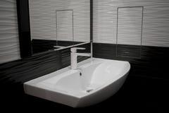 El agua del fregadero en el cuarto de baño Imágenes de archivo libres de regalías