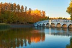El agua del lago y el pequeño otoño del puente Fotografía de archivo libre de regalías