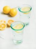 El agua del limón del Detox en vidrios sirvió con los limones frescos Foto de archivo