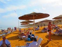 El agua del mar muerto es muy fría y salada Foto de archivo libre de regalías