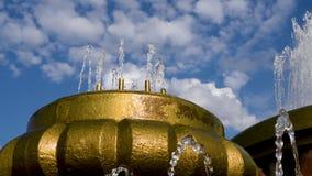 El agua en la fuente echa en chorro en un día de verano caliente almacen de metraje de vídeo