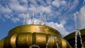 El agua en la fuente echa en chorro en un día de verano caliente almacen de video