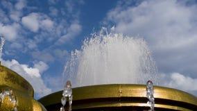 El agua en la fuente echa en chorro en un día de verano caliente metrajes