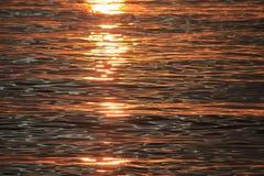 El agua en la puesta del sol Foto de archivo