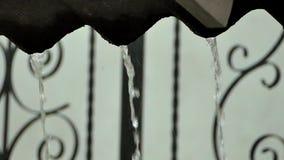 El agua escurre la ducha del tejado almacen de metraje de vídeo